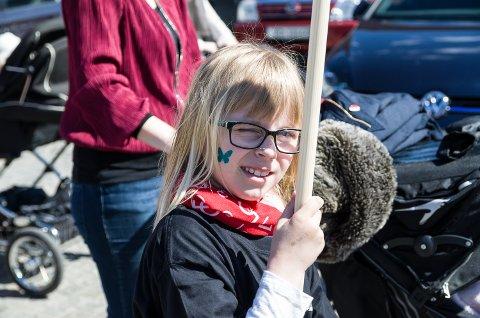 Mynthe Haagberg Stangebråten er sju år gammel, og i løpet av livet har hun vært med i 1.mai toget sju ganger. Mamma Ine Stangebråten går ved siden av datteren og forteller at Mynthe har vært med helt siden hun lå i barnevogna.