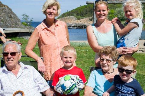 En stor gjeng, og fire generasjoner nyter dagene på Lunnevika. Odd Faraasen(f.v.) er en familievenn, Sonja Sandberg, foran henne står Marcus André Elnes Ravneng, foran sitter Liv Berit Elnes (f.h.), bak henne står Bjørg-Eva Elnes Ravneng med datteren Mille Marie Elnes Ravneng på armen. (også Marcus er hennes sønn). Liv Berit er hennes bestemor.