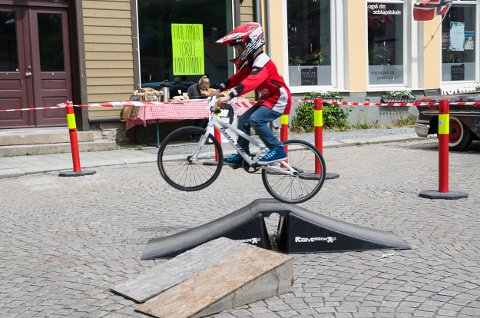 Julian Osenbroch(9) var den ivrigste på BMX-sykkel på Haldendagen. Han gjorde det han kunne for å hoppe høyest mulig.