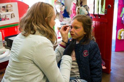 Amanda Johannesen(5) valgte å få malt en sommerfugl i ansiktet på Lille Paris.