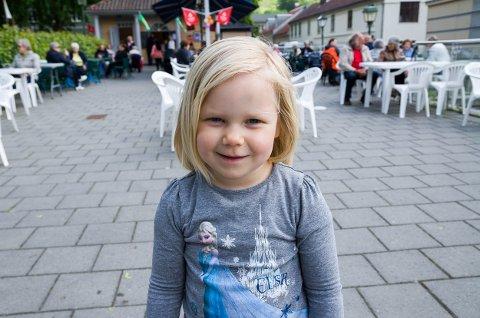 Signe Ingerød(4) smilte fra øre til øre for HAs reporter, og det er ikke rart. Hun hadde tross alt nettopp spist pannekake, og skulle snart få en is.