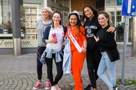 Frida Unneberg(f.v), Tonia Pettersen, Vanessa Johannesen, Larisa Ivanus og Marie van Eeden tok seg en spasertur igjennom gågaten på Haldendagen halvveis i utdrikningslaget for den kommende bruden Vanessa.