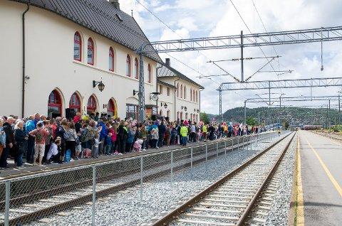 FULLT AV FOLK: Perrongen på Halden Stasjon var proppfull av spente folk som ville være med å se at Sommertoget kom inn i byen.