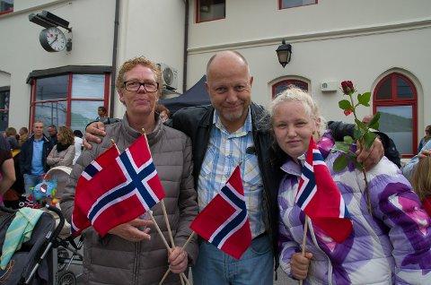 STAS: Gro-Mette Nilsen((f.v.), Jørn-Terje Westby og Martine Elise Westby Syversen synes det er stas at NRKs Sommertog kommer til Halden.