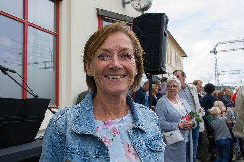 FORNØYD: Turistsjef Liv Linskog er godt fornøyd med dagens Sommertogstopp på Halden stasjon.