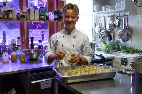 KJØKKENSJEF: Linus Bjørnstad(14) har ansvaret for kjøkkenet på Sponvika Vertshus denne søndagen. Det er han selv som har laget all maten som skal serveres. Her ordner han til desserten, tilslørte sponvikapiker