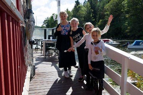 BARNAS RESTAURANT: Ingrid Alette Taaseth Bjørnstad(9)(f.v.), Malin Therese Skaug Granli(9) og søstrene Alva Kristine(8) og Emma(6) Østby Vitanza er alle servitører for dagen på Sponvika Vertshus.
