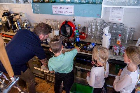 BARSJEFEN: Lukas Bjørnstad har hovedansvar for baren denne søndagen(bortsett fra alkoholen). Her gjør han klar drikkebestillingene fra jentene.