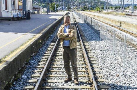 PÅ SKINNER: Håkon Borch håper det meste skal gå på skinner. Også raskere jernbaneutbygging helt fram til Halden. Han vil dessuten kjempe for at Saugbrugs får utvikle sin miljøvennlige bruk av treforedling inn i framtida. Foto: Hans-Petter Kjøge