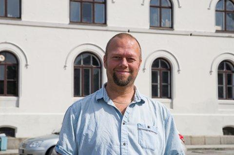 KLAR FOR FILM: Kinosjef Clas Lucky Eriksen er klar for å gi folk i Halden gratis utekino på torget lørdag kveld.