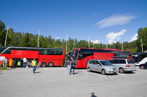 MANGE BUSSER: I løpet av helga kommer det mange busslaster med mennesker som kommer til Svinesund for å handle på BR Foods AB.