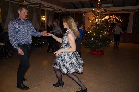 Jarle og Marie Herrebrøden har danset sammen i 25 år. Dansen de liker best er swing, Her demonstrerer de sine talenter.