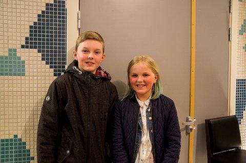 Ole-Christian Andersen Guldahl(13) står ved siden av lillesøster Oda Marie Andersen Guldahl(11) som sang under forestilling nummer 1.
