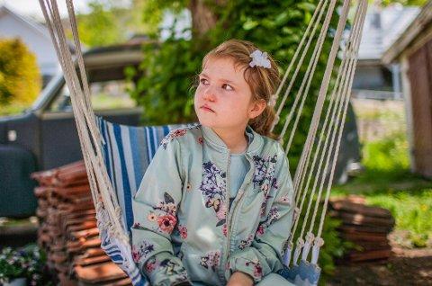 SATTE NED TEMPOET: Maria Brennhovd-Nilsen (9) nyter rolige dager hjemme i hagen på Gressvik. Nå er hun tilbake på skolen etter koronatiden, men familien er bevisst på at 4. klassingen har godt av en mindre hektisk hverdag.