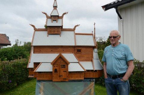 MESTERVERK: Ottar Kristian Koteng har brukt 5.000 timer på en stavkirke i miniatyr.