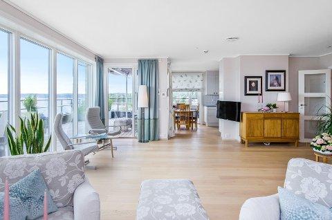 STUA: Slik ser stua ut i leiligheten som er lagt ut for salg.