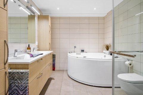 BADET: Stort bad med hjørnebadekar.