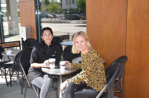 SPENTE: Thao Ho hos Espresso House og senterleder Nina Utkilen hos CC Hamar er spente på om folk er i handlehumør denne sommeren.