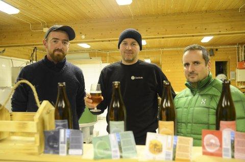 Hardanger Handbryggeri lagar øl på Børve, og vil ha ein smak av Hardanger. Petter Sexe Ulriksen, Johannes Solheim og Magnus Steigedal med dei første øltypane.