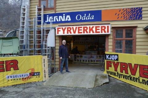 Jernia: – Jeg setter pris på at vi kan selge fyrverkeri inne igjen, sier innehaver Torbjørn Bay.