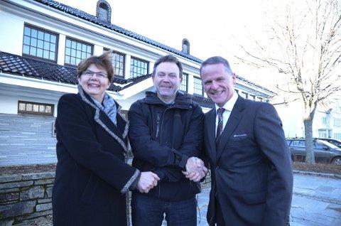Seld! Kjell-Erik Ruud i midten fekk tilslaget på bankbygget på Utne. Han skal etablera kunstnarsenteret HardingarT.  Regionbankdirektør Tom Rasmussen og ordførar Solfrid Borge ynskjer lukka til.