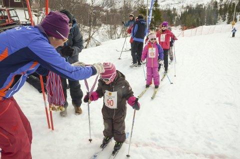 Nora Hvidsten (3) kom i mål og fekk medalje av Tina Bay på sjølvaste påskeaftan.