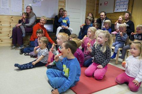 1 film og is: Ordførar Roald Aga Haug fekk sjå filmen om Eddi Peddi i lag med vinnarane i Eidesåsen barnehage.