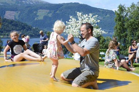 Neste år blir et realt ferieår for arbeidstakere. Jendine (2,5) og Anders Stonghaugen var på dagstur fra Bergen til Kinsarvik for å leke i Mikkelparken for eit par år siden.
