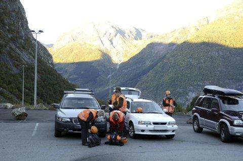 Redningsaksjon: Røde Kors i Tyssedal under ein av mange redningsaksjonar mot Trolltunga. arkivfoto: ernst olsen