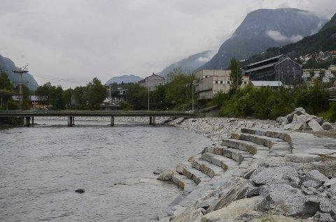 Amfi: Langs elva er det fleire stader med amfi som dette som gjer at ein kan koma heilt ned til elva. NVE-ingeniør fortel at tilgangen til elva har vore viktig å ta omsyn til i arbeidet.
