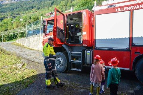 Kjøre brannbil: Fra åpen dag på brannstasjonen i Grimo høsten 2017.