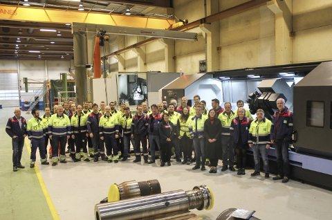 Odda technology: Dei fleste av dei no 40 tilsette framfor det nye maskinsenteret. foto: synnøve nyheim