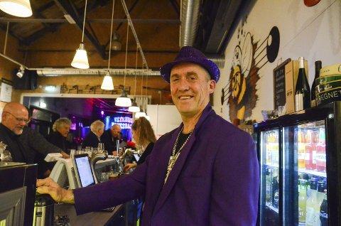 Blueslaget: Feira 25-årsjubileet på Iris Scene denne helga. Her er ein festkledd Lars Eikemo i baren.