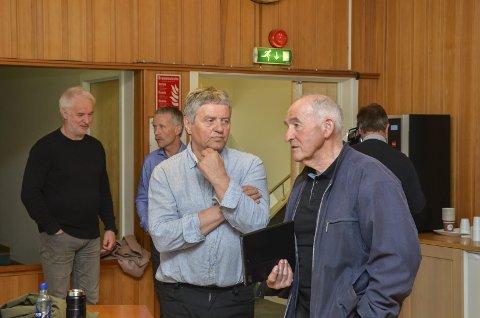 Skeptisk: Trygve Bolstad (Ap), til venstre, var ein av fleire kommunestyrerepresentantar som kom med kritiske kommentarar og spørsmål til prosjektet Hardangerrådet 2020. Til høgre Ola T. Sekse (Ap), i bakgrunnen Jarle Vangen (Ap) og Salm Sjurstræ (Sp).