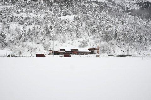 Slik såg Odda stadion ut onsdag morgon, to dagar før Zinkencup vert sparka i gang, og tre dagar før årets første fjerdedivisjonskamp vert sparka i gang.