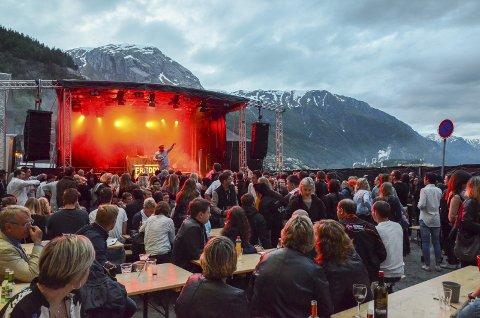 Utekonsert: Den Store Sommarfesten blir arrangert kvar juni, på kaien nedanfor Vertshuset. Her frå fjorårets arrangement.  Arkivfoto: Ernst olsen