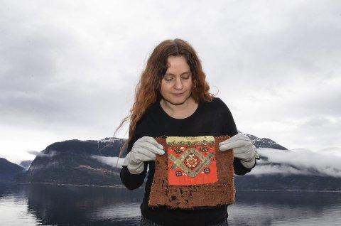Klenodium: Museumsstyrar Agnete Sivertsen med den eldste daterte bringkluten i samlinga.