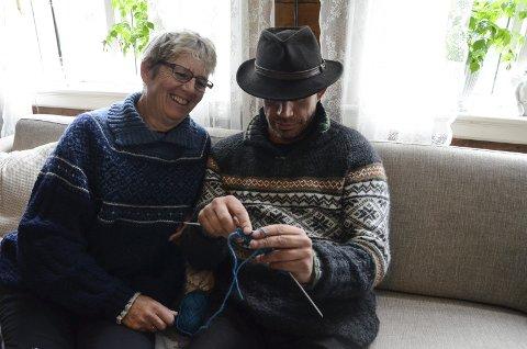 Sofastrikk: Leif Einar knekker strikkekoden med god hjelp av mor.