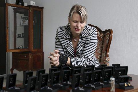 TAR SATS: May Helen Bleie flytter tilbake til Hardanger for å satse som gullsmed. Her sammen med den nye kolleksjonen sin som består av hennes 25 beste minner. De 25 minnene, som også er en hyllest til Blueslaget Lokst Utøve som er 25 år i år, er 25 plekter i sølv.