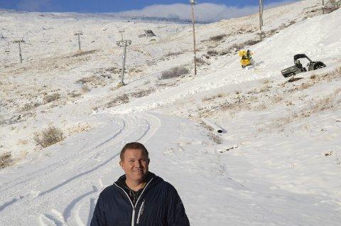 Oddvar Bratteteig håpa at snøen skulle vera på plass i Håradalen til 30. november. No er sesongopninga utsett.