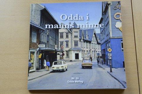 Flott omslag: Dette bildet frå nedst i Røldalsvegen, ein gong tidleg på 1970-talet, prydar omslaget på den 28. utgåva av Odda i manns minne.