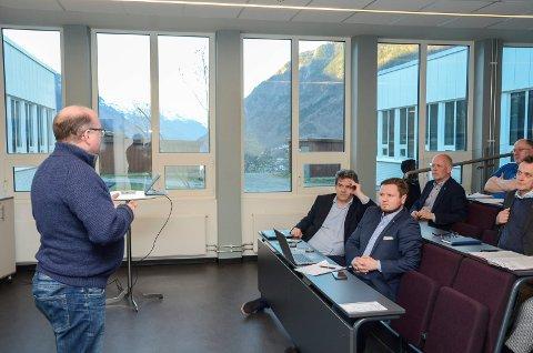 Etterlyste kvu: Olav-Magnus Hammer (Ap) var ein av dei frammøtte politikarane som etterlyste KVU for arm til Bergen. På fremste benk sit stortingsrepresentant Tom-Christer Nilsen (H) og Erlend Nævdal Bolstad (H). På plassen bak til Nilsen, Svein Halleraker (H). Foto: Ernst Olsen