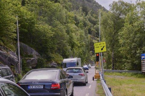 Vert regulert: Her på riksveg 13 er vegen så smal at det ikkje er plass til at bussar og bubilar kan passera kvarandre. Fredag er ljosreguleringa tilbake, slik Ullensvang herad ynskjer. Arkivfoto