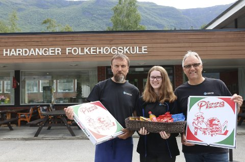 Mat og drikke til folket: Svein Ove Sandal, Frida Johansen og Trond Instebø vil servera mat og drikke til både turistar og lokalbefolkninga gjennom sommaren. Dei har stor tru på at dette vert ein god sesong. Foto: Eirin Tjoflot