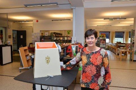 Valansvarleg: Turid Olsen Nå ved stemmeurna på biblioteket i Odda.