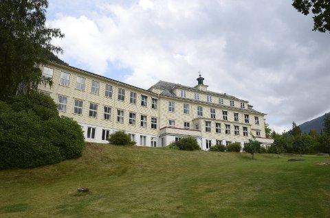 Hardangerakademiet i Jondal:  Fred er sentralt for dette senteret , og Johan Galtung en sentral skikkelse for institusjonen.