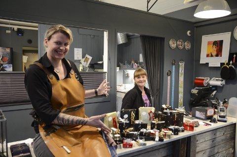 Gullhuset: Innehavar May Helen Bleie (t.v.) og butikksjef Bente Hansen viser fram gåvene til Gullhuset sin julekalender. – På disken ligg det gåver til ein verdi av 30.000 kroner, seier damene. Foto: Ernst Olsen