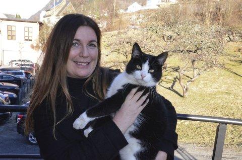 Pass på katten! Veterinær Inger Synnøve Vestrheim med en av kattene som har sitt revir i området rundt klinikken. Arkivfoto: Mette Bleken