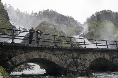 Guttene på broen: Knut Markhus og Harald Hognerud har levert et praktverk om reiseliv gjennom 200 år i Hardanger. Låtefoss er like spektakulær i dag som for 200 år siden Foto: Mette Bleken