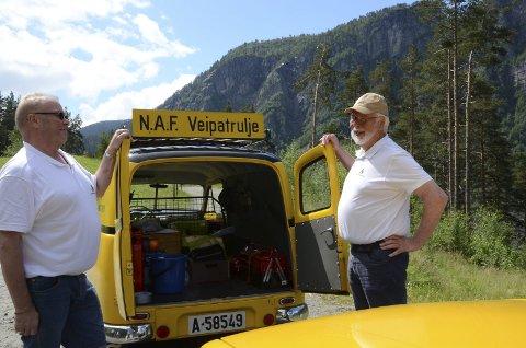 GODT UTSTYRT: Ivar Sandvold og Svein Moe viser frem den godt utstyrte Volvo patruljebilen fra 1957.